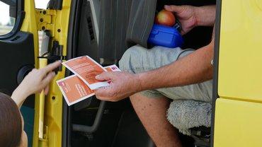 Arbeitsrecht in Corona-Zeiten jetzt auch in Fremdsprachen - Flyer ewrden an LKW-Fahrer übergeben.
